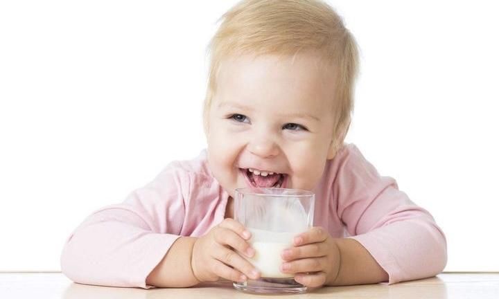 Можно ли грудничкам коровье молоко?